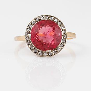 RING, 18K guld med rosa turmalin samt rosenslipade diamanter, Gustav Dahlgren & Co, Malmö, 1944. Vikt 3,5 gram.