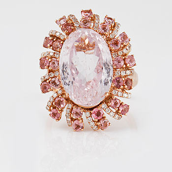 RING, 18K roséguld med kunzit ca 13,56 ct, turmaliner ca 1.57 ct samt briljantslipade diamanter ca 0.36 ct. Vikt 11,6 g.