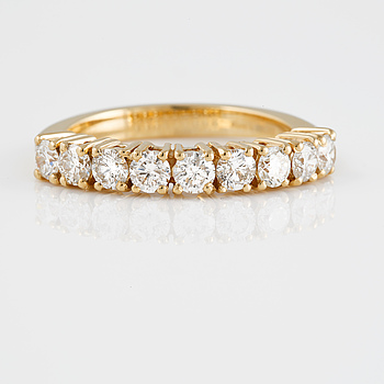 RING, 18K guld med 9 briljantslipade diamanter ca 1.10 ct. Vikt 4,0 gram.
