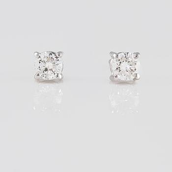 ÖRHÄNGEN, 18K vitguld med briljantslipade diamanter ca 0.47 ct. Vikt 1,6 gram.