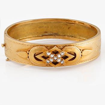 ARMBAND, 18K guld med 9 orientaliska pärlor, JEP, Stockholm, 1882. Vikt 23,6 gram.