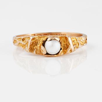 """RING, 14K guld med odlad  pärla, """"Litet ord"""", Björn Weckström, Lapponia 1969. Vikt 2,1 gram."""