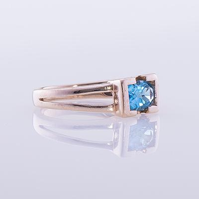 RING, 14K guld, fasettslipad topas, två briljantslipade diamanter. Vikt ca 3,4 g.