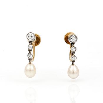ÖRHÄNGEN, ett par, 18K guld och silver med droppformad pärlor och diamanter, tot ca 0,24 ct. Total vikt ca 2,20 g.