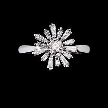 RING, 14K vitguld, briljant- och baguettslipade diamanter.