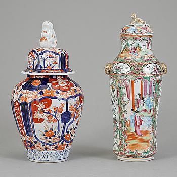 URNOR MED LOCK, 2 st, porslin, Kina och Japan, 1800-talets mitt - omkring år 1900.