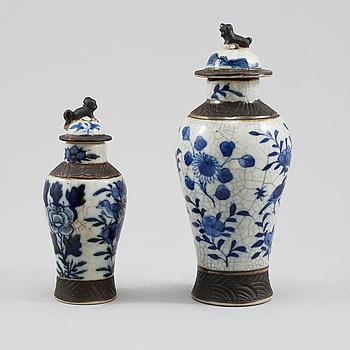 URNOR MED LOCK, 2 st, porslin, Kina, 1900-tal.
