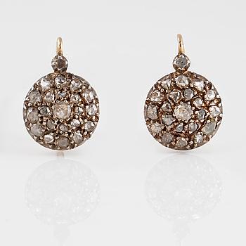 ÖRHÄNGEN, 18K guld samt silver med rosenslipade diamanter. Vikt 6,9 gram.