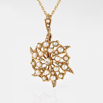 HÄNGE, 15 och 18K guld med rosenslipade diamanter samt halvpärlor. Vikt 7,2 gram.