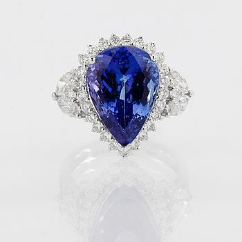 RING, 18K vitguld, tanzanit ca 8.20 ct, olikslipade diamanter tot ca 1.30 ct.
