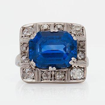 618. RING med safir ca 7.00 ct samt antikslipade diamanter totalt ca 0.70 ct.
