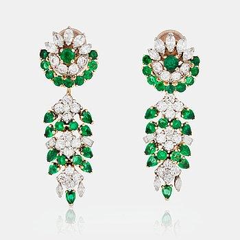 751. ÖRHÄNGEN, Marchak, Paris, med briljant-, navette-, samt baguetteslipade diamanter och smaragder.