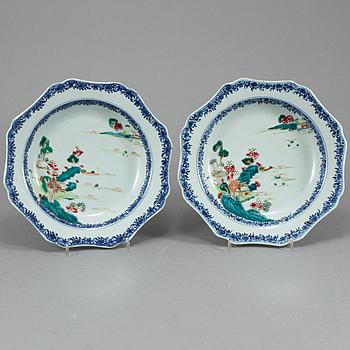 DJUPA TALLRIKAR, ett par, porslin, Kina, 1700-tal.