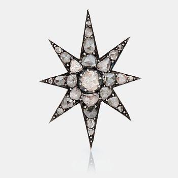 475. BROSCH med rosenslipade diamanter i form av en stjärna. 1800-tal.