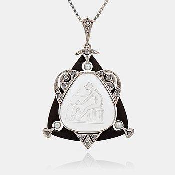 468. HÄNGE samt KEDJA, med graverad bergkristall, pärlor och diamanter, troligen Wien. Tidigt 1900-tal.