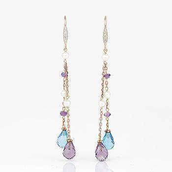 ÖRHÄNGEN, ett par, med små diamanter samt brioletteslipade blå topaser, ametister och sötvattenspärlor.