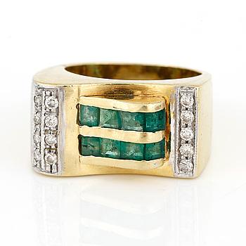 RING, 18K guld med diamanter tot ca 0,20 ct och smaragder, Frankrike, troligen 1900-talets första hälft Tot vikt ca 12 g.
