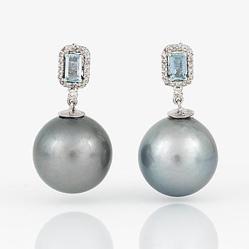 ÖRHÄNGEN, ett par, med odlade 'Tahiti' pärlor, trappslipade blå stenar och små diamanter.