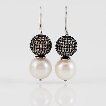 ÖRHÄNGEN, 1 par, silver och guld, south sea pärlor och diamanter tot ca 3.60 ct.