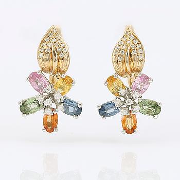 ÖRHÄNGEN, 1 par, 14K guld, diamanter och flerfärgade safirer.
