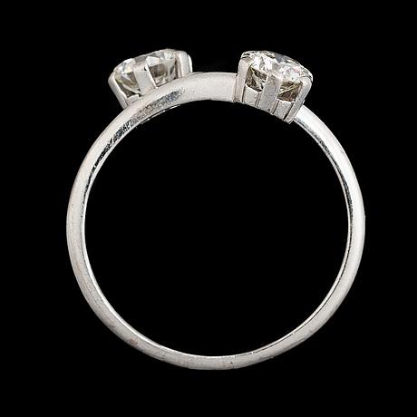 Ring, två briljantslipade diamanter, 18k vitguld. tillander, helsingfors 1978