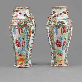 VASER, ett par, porslin, Kina, 1800-talets slut.