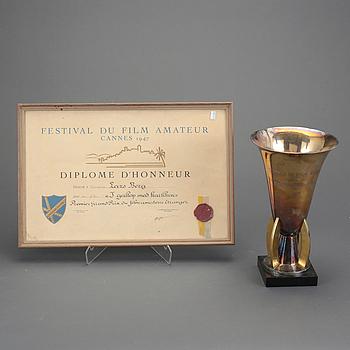 """FILMPRIS, 2 delar. Från Cannes 1947. Pokal och diplom. Pris utdelat till Lars Berg för filmen """"I galopp med kärleken""""."""
