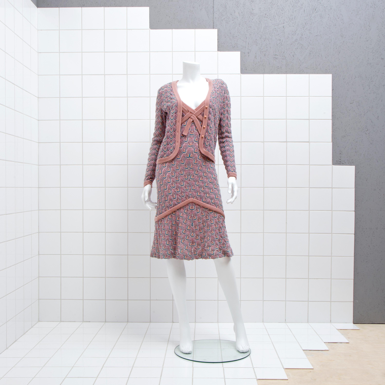 7da1af8ec01c Missonimönstrad ullblandning i olika rosa och turkosa färger. Enkelknäppt  kofta. Ärmlös v-ringad klänning med knappar i ryggen.