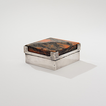 BERTEL GARDBERG, A SILVER BOX WITH STONE LID.