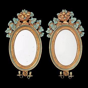 1234. SPEGELLAMPETTER, för två ljus, ett par, tillskrivna Johan Martin Berg (spegelfabrikör i Göteborg 1803-37). Empire.
