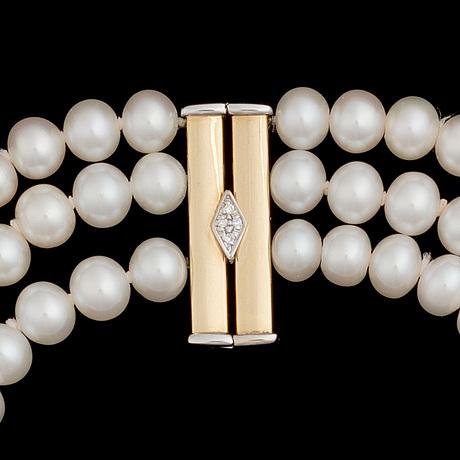 Kaulakoru, viljellyt helmet, lukko 18k kultaa briljanttihiontaisilla timanteilla.