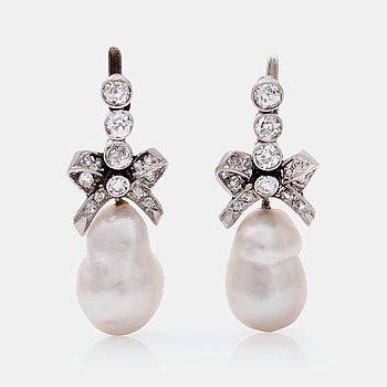 478. ÖRHÄNGEN med gammalslipade diamanter samt troligen orientaliska barocka pärlor.