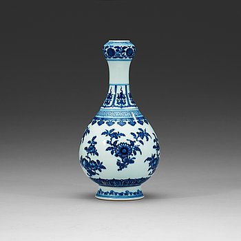 372. A blue and white vase, Qing dynasty with Qianlong seal mark.
