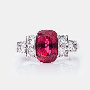 683. RING med obehandlad rubin på 3.56 ct samt briljantslipade diamanter totalt ca 0.60 ct. Certifikat från GCS.