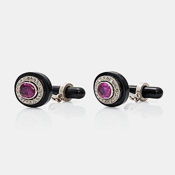 469. MANSCHETTKNAPPAR i onyx, rosenslipade diamanter samt obehandlade burmesiska rubiner. Certifikat från GCS.