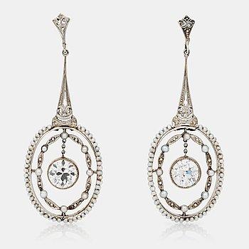 480. ÖRHÄNGEN med gammalslipade diamanter, totalt ca 2.50 ct, och seed-pärlor.