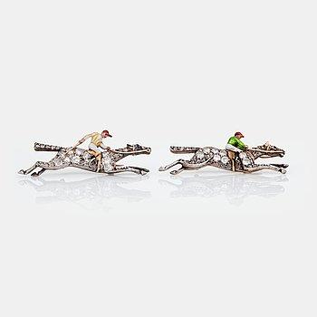 472. BROSCHER, två stycken, i form av två ryttare till häst. Diamanter med äldre slipning samt emalj. 1930-tal.