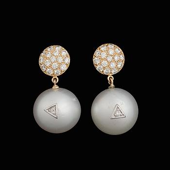 ÖRHÄNGEN, odlade söderhavspärlor, briljantslipade diamanter, 18K guld.