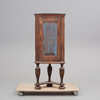 HÖRNSKÅP, allmoge, 1800-tal.