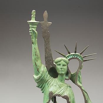 """FERNANDEZ ARMAN, skulptur, grönpatinerad brons, """"Slices of Liberty"""", signerad och numrerad 112/150. Utförd 1985."""