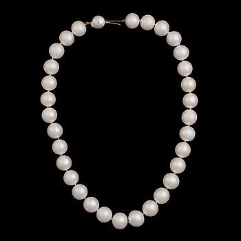 A PEARL NECKLACE, freshwater pearls, clasp in 14K white gold.