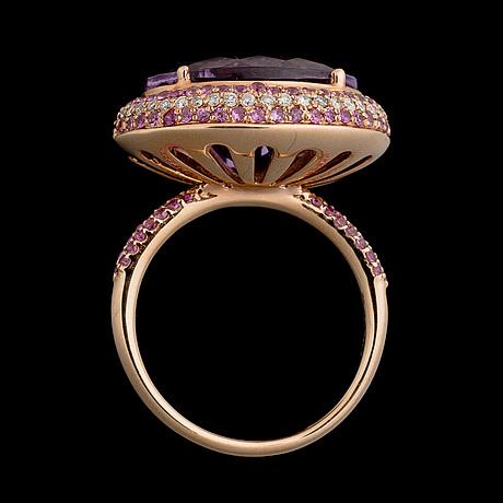 Ring, 18k guld, fasettslipad ametist, ljusröda safirer, briljantslipade diamanter.