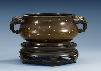 A gold splashed bronze censer and stand, Qing dynasty, 17/18th Century, with Xuande´s seal mark. Length 23 cm.