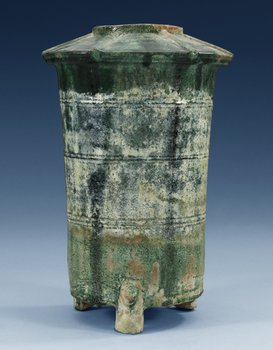 A green glazed grain storage, Han dynasty (206 BC -220 AD). Height 29,5 cm.