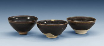A set of three odd temmoku jianyao bowls, Song dynasty (960-1279). (3). Diameter 11-11,5 cm.