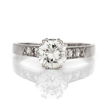 RING med briljantslipad och fasetterade diamanter.