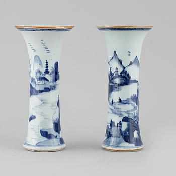 VASER, ett par, porslin, Kina, Qianlong (1736-1795).