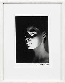 "EVA KLASSON, fotografi, ""Paris 1975"", ur ""Le Troisème Angle"", signerad med initialer EK."