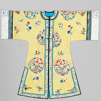 103. A ROBE, pattern woven and embroidered silk. Height 119,5 cm. China late Qing dynasty.