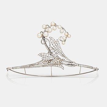 592. TIARA/BROSCH med gammalslipade diamanter samt möjligen odlade pärlor i form av en liljekonvalj.